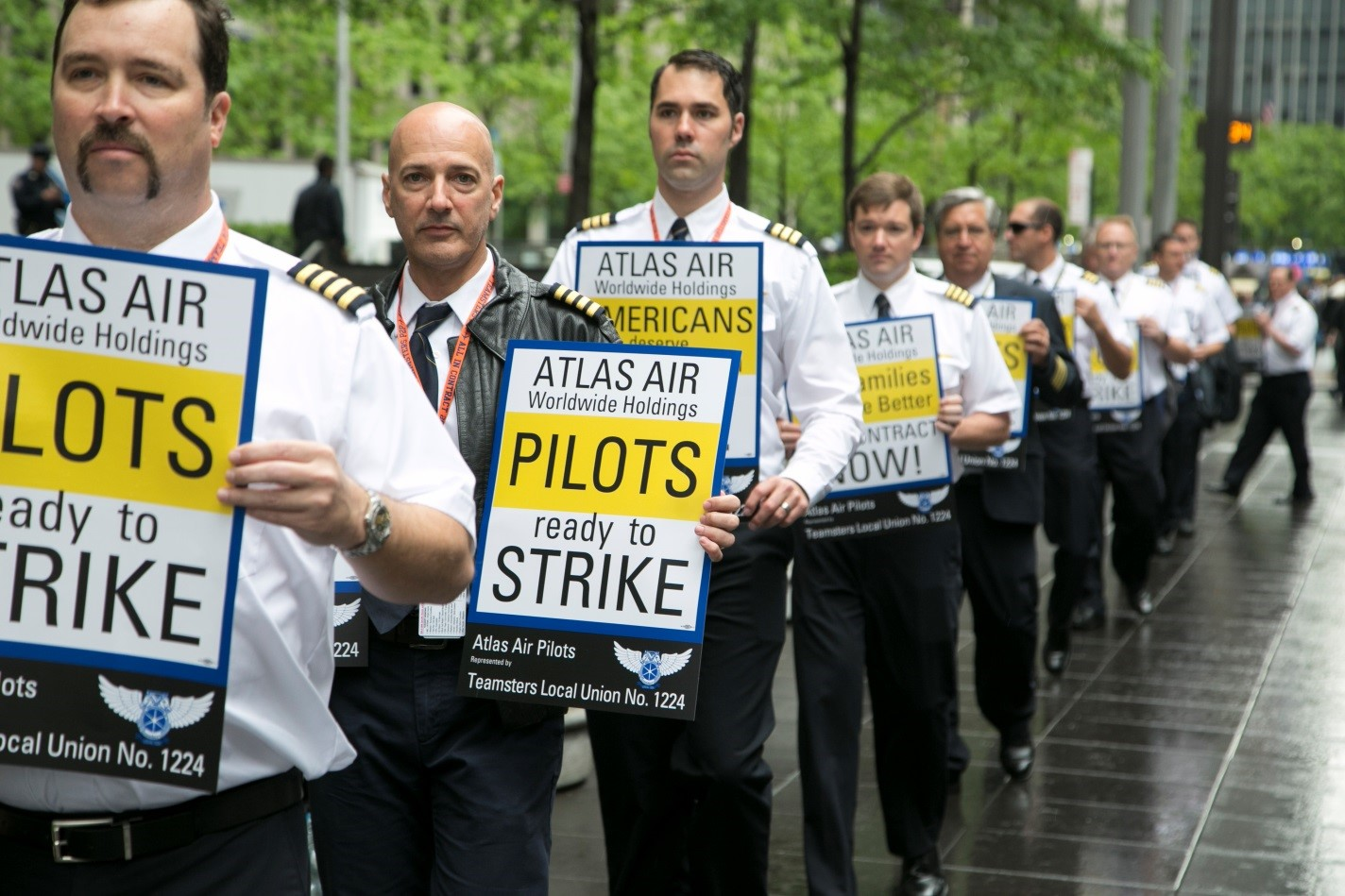 Pilots picket AAWW annual meeting